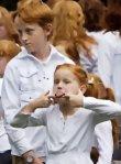 Kids ziegen dem Mob die Zunge. ;-)